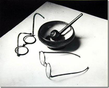 André Kertesz – Pipe et lunettes de Mondrian_1926