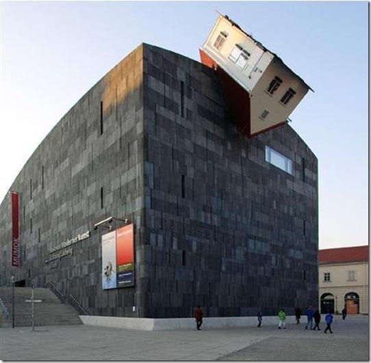 Erwin Wurm, House Attack, installation au MUMOK, Vienne, 2003