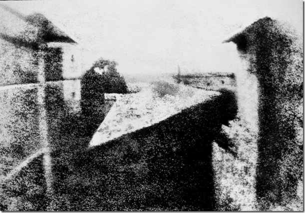 Point de vue de la fenêtre, la plus ancienne photographie conservée 1827.View_from_the_Window_at_Le_Gras,_Joseph_Nicéphore_Niépce