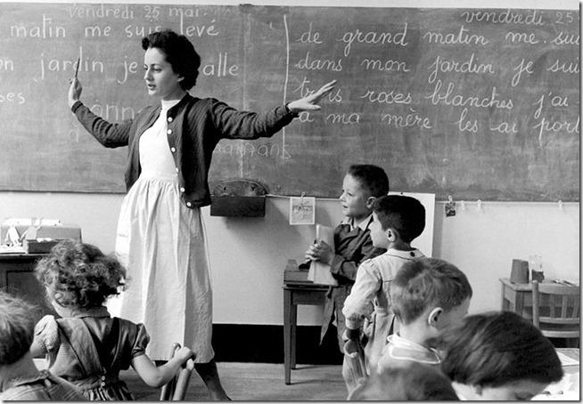 La maitresse d'école devant ses élèves dans les années 1950 © Ateliers Robert Doisneau