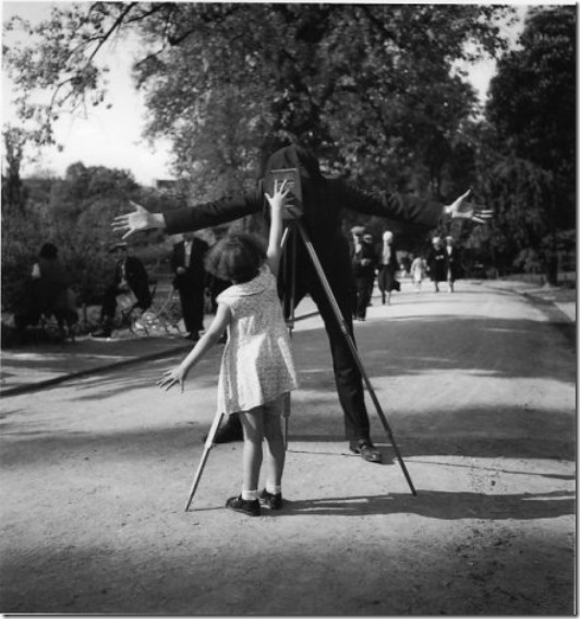 La petite Monique - Paris - 1934 © Robert Doisneau