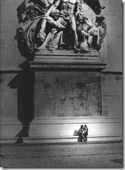 Robert-Doisneau-Amoureux-arc-de-triomphe