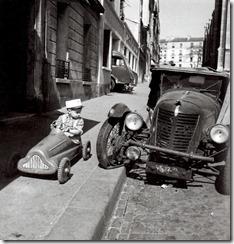 Robert-Doisneau-Enfant-et-la-petite-voiture-a-pedale-1956