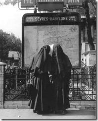 Robert-Doisneau-Femmes-du-vouvent-devant-metro