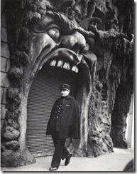 Robert-Doisneau-Le-policier-devant-enorme-bouche-1952